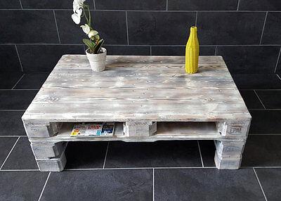 Geschliffen, aufgefüllt und lackiert wird aus zwei Paletten ein schicker Tisch. (© Schellenberg & Karnatz GmbH)