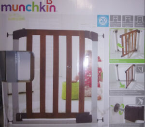 2 Munchkin Safety Gates Auto Close, Brown ( smock/pet free home)