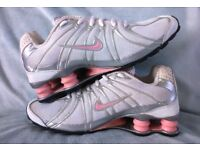 NIKE - SHOX: LADIES SILVER RUNNING SHOES SHOCK ABSORBING STABILITY GYM FITNESS TRAINERS: SIZE 5