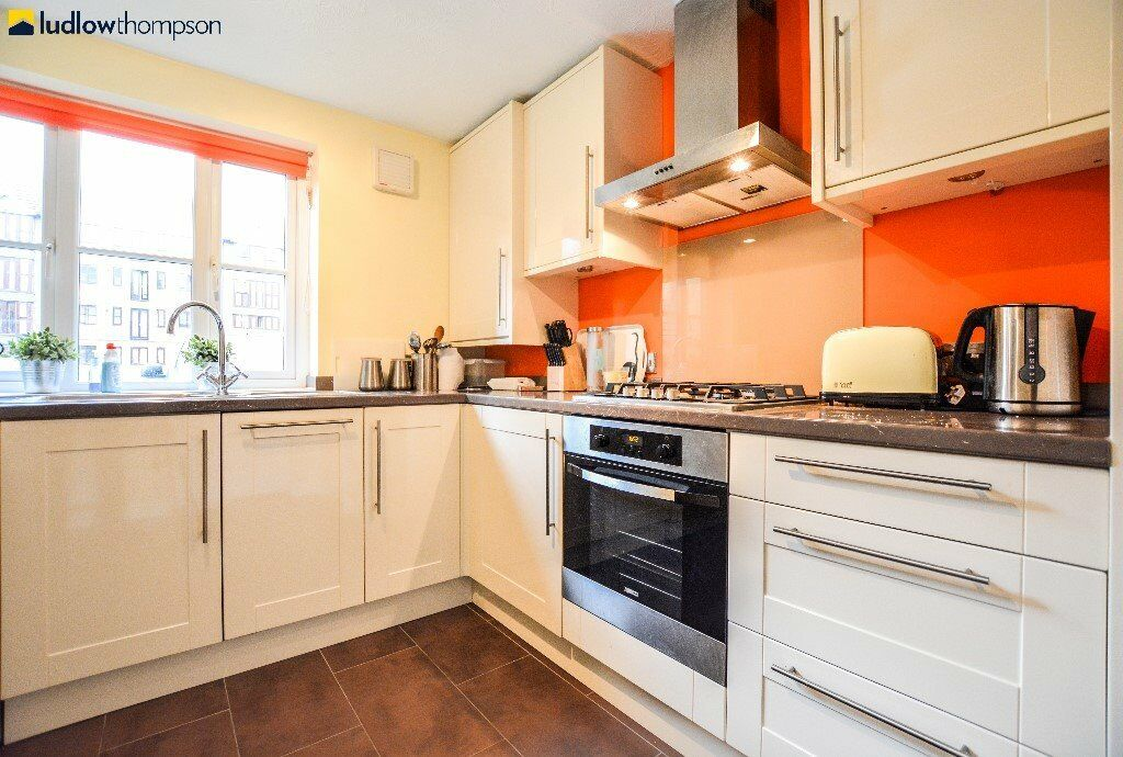 *Beautifully finished spacious 2 bedroom apartment in the popular Mile End area*