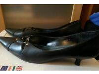 Size 6 ladies kitten heal black leather shoes