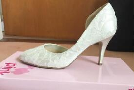 Ivory satin and lace shoes - size 6/39