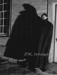 TERENCE STAMP Ombre Cape Tournage Schlesinger 1967 - France - Type: Tirage argentique Couleur: Noir et blanc Thme: Cinéma, TV Nombre de pices: 1 Format (cm): 18,8x25,2cm Authenticité: Tirage original Origine: Amérique du Nord - France