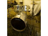 MAPEX SILVER SPARKLE DRUM KIT IN EXCELLENT ORDER. (SHELL PACK NO CYMBALS)