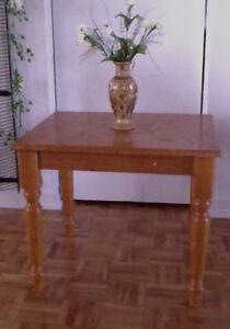 2 belles petites tables bois identiques style provincial =70$