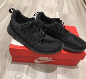 Nike roshe runs black