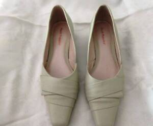 Hush puppies  Leather Cream/beige shoes, EC, small heel. Size 8