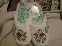 Winnie the pooh slippers bnwt size 7-8