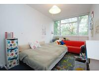Arbor Court, Queen Elizabeth's Walk, 2 bed flat with balcony,communal grounds in StokeNewington