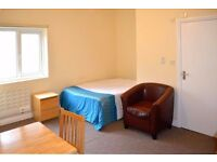 DSS Welcome!! We are pleased to offer you this bright studio Flat in Stoke Newington, N16
