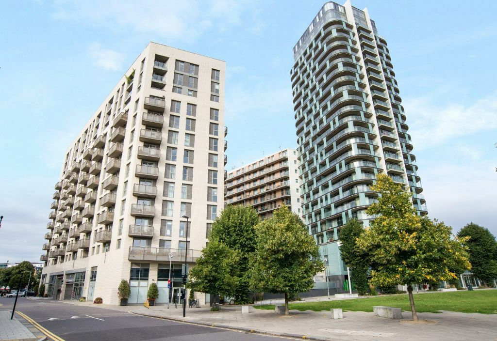 @ STUNNING TWO BED TWO BATH 18TH FLOOR APARTMENT SECONDS FROM STATION - BREATHTAKING VIEWS!!
