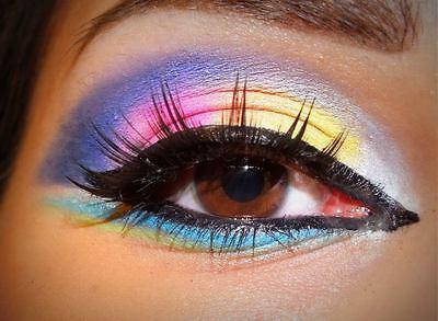 Ein paradiesischer Blick mit einem farbenfrohen Augen-Make-Up.