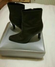 Ladies brown leather boots size 5(us 7.5)