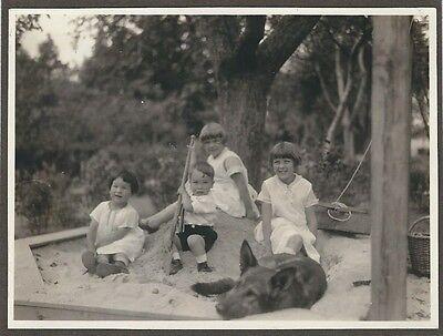 11/78 FOTO KINDER BEIM SPIELEN SANDKASTENSPATEN HUND HISTORISCHE KLEIDUNG KLEID ()