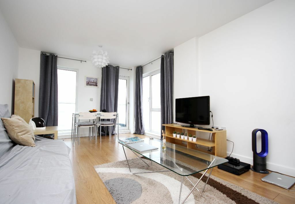 Contemporary two bedroom apartment in a secure residential development on the banks of the Thames