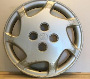 Un (1) Enjoliveur / Cap de roue original Toyota 14 pouces