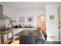*Gorgeous* 2 bedroom Cottage House, Nelson Road, SW19- 2 bed, 1 bath, Garden and Conservatory Area!