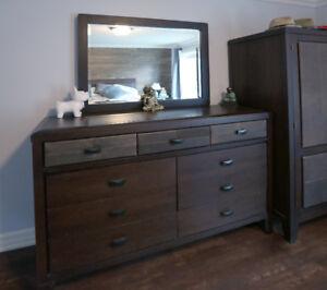 Set de chambre de qualité en bois.. Shermag