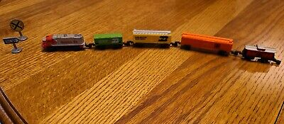 Vtg TYCO Train Set HO Scale SANTA FE RR, engine & 4 cars + 2 signs-Great pieces!