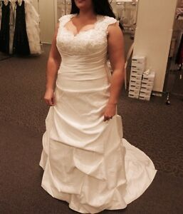 Gorgeous Ivory Wedding Dress - Never Worn or Altered!!