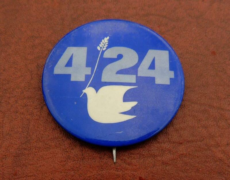 Anti Vietnam War April 24 1971 4/24 PEACE DOVE NPAC Political Cause Pin Button