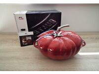 Staub Cast-Iron Tomato Casserole / Roasting Dish 25 cm Cherry Red Brand New