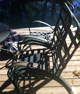 Patio set round table 4 chairs. Needs tlc.
