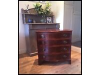 BEAUTIFUL REPRO MAHOGANY SERPENTINE FRONT CHEST OF DRAWERS