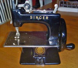 Mini machine à coudre   ''Singer''  de collection  -  année 1950