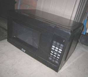Almost New Small Master Chef  0.7 cu.ft. 700 W Microwave,excell