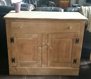 Commode antique restaurée en bois