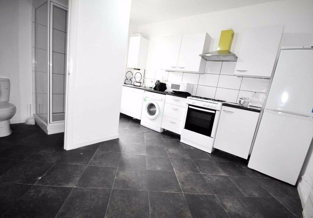 4 bedroom flat in Leabridge Road, Leyton