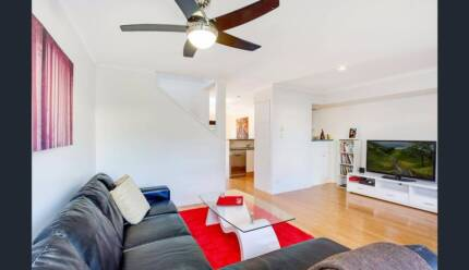 Room in a Warm, sunny townhouse in Burleigh, close to everything.