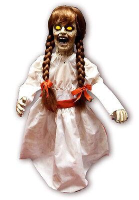 Horror Puppe Creepy Carlotta 0,8 Meter Licht Sound stehend Halloween Hammer