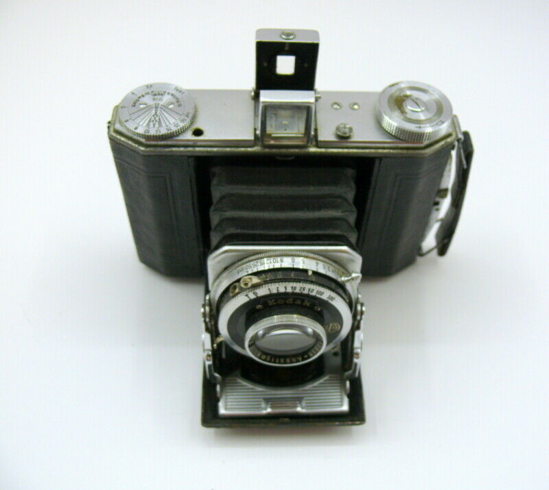 Kodak Duo 620 . Equipped with a 75mm F:3.5 Anastigmat lens in a Compur shutter