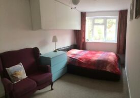 Large Double Bedroom - Walking distance to train station