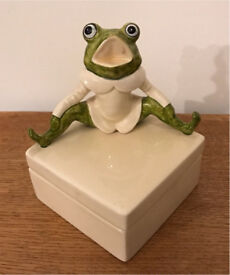 Vintage frog 🐸 pottery trinket box