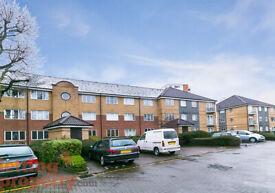 2 bedroom flat in Halstead Close, Croydon