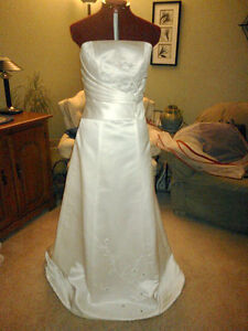 Beautiful White A-line Strapless Wedding/Evening Gown New, Small