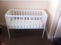 White crib and mattress(Only used for 4weeks)