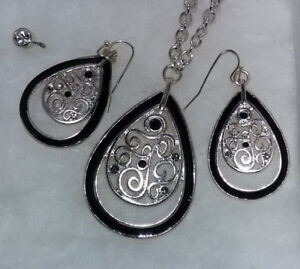 Beautiful Necklace/Pendant & Earring Set-The Museum Company