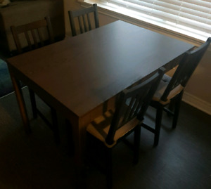 Extendable Table with six chairs