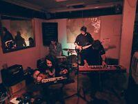 Band seeking Room