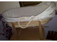 Moses basket with rocking base and accessoires