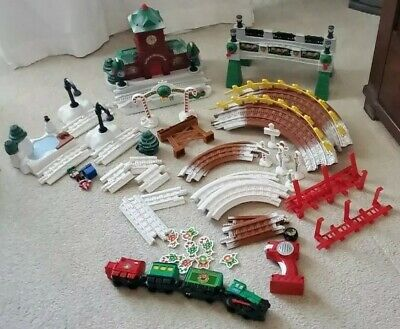 GEOTRAX CHRISTMAS IN TOYTOWN RAILROAD TRAIN SET WORKS Complete!! Train track