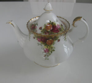 ROYAL ALBERT OLD COUNTRY ROSES LARGE TEAPOT, MADE IN ENGLAND