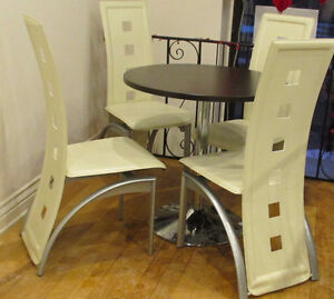 table  ARTOPEX (Canada)24'' et  2 chaises cuir bege