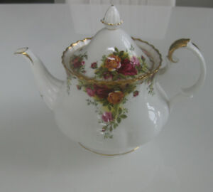 ROYAL ALBERT OLD COUNTRY ROSES TEAPOT, MADE IN ENGLAND