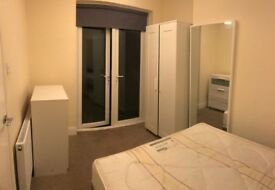 *** BEAUTIFUL DOUBLE ROOM WHIT PRIVATE GARDEN IN WEST KENSINGTON NEXT TO THE STATION ***