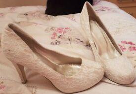 White Flower Size 8 Shoes